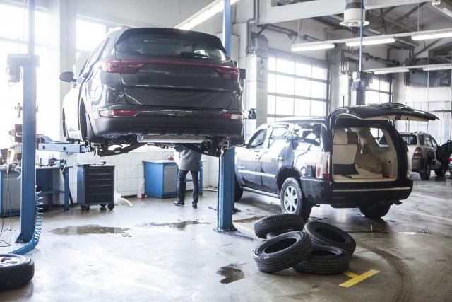 車の点検作業